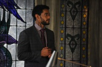 """SHADOWHUNTERS - Clary struggles to find where she belongs, while Simon seeks Magnus' help in """"A Door Into the Dark,"""" an all new episode of """"Shadowhunters,"""" airing MONDAY, JANUARY 9 (8:00 – 9:00 PM EDT) on Freeform. (Freeform/John Medland) NICK SAGAR"""