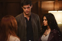 """SHADOWHUNTERS - Clary struggles to find where she belongs, while Simon seeks Magnus' help in """"A Door Into the Dark,"""" an all new episode of """"Shadowhunters,"""" airing MONDAY, JANUARY 9 (8:00 – 9:00 PM EDT) on Freeform. (Freeform/John Medland) MATTHEW DADDARIO, EMERAUDE TOUBIA"""