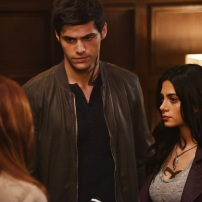 "SHADOWHUNTERS - Clary struggles to find where she belongs, while Simon seeks Magnus' help in ""A Door Into the Dark,"" an all new episode of ""Shadowhunters,"" airing MONDAY, JANUARY 9 (8:00 – 9:00 PM EDT) on Freeform. (Freeform/John Medland) MATTHEW DADDARIO, EMERAUDE TOUBIA"