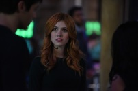 """SHADOWHUNTERS - Clary struggles to find where she belongs, while Simon seeks Magnus' help in """"A Door Into the Dark,"""" an all new episode of """"Shadowhunters,"""" airing MONDAY, JANUARY 9 (8:00 – 9:00 PM EDT) on Freeform. (Freeform/John Medland) KATHERINE MCNAMARA"""