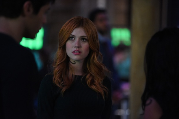 "SHADOWHUNTERS - Clary struggles to find where she belongs, while Simon seeks Magnus' help in ""A Door Into the Dark,"" an all new episode of ""Shadowhunters,"" airing MONDAY, JANUARY 9 (8:00 – 9:00 PM EDT) on Freeform. (Freeform/John Medland) KATHERINE MCNAMARA"