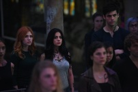 """SHADOWHUNTERS - Clary struggles to find where she belongs, while Simon seeks Magnus' help in """"A Door Into the Dark,"""" an all new episode of """"Shadowhunters,"""" airing MONDAY, JANUARY 9 (8:00 – 9:00 PM EDT) on Freeform. (Freeform/John Medland) KATHERINE MCNAMARA, EMERAUDE TOUBIA, MATTHEW DADDARIO"""